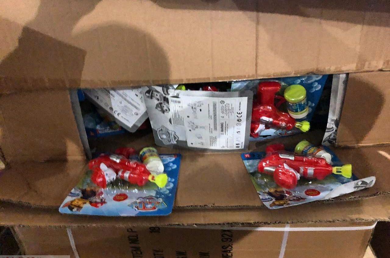 В Черноморске «застрял» контейнер с 23 тоннами игрушек из Китая: Зеленский предложил отдать их детям (фото) «фото»