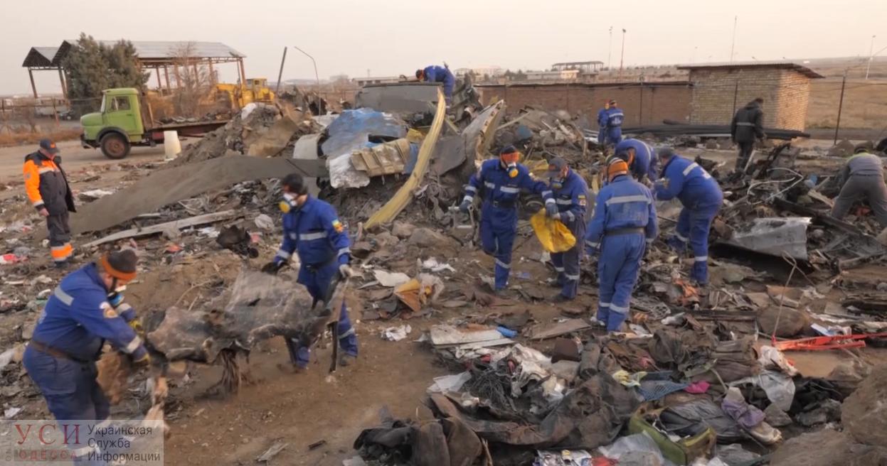 Украинские спасатели показали, что происходит на месте крушения Boeing 737 в Иране (видео) «фото»