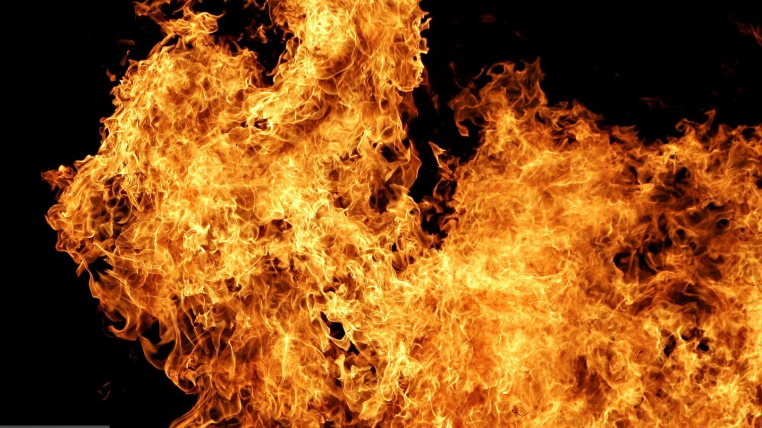 Пожарные спасли мужчину из загоревшегося дома в Подольске «фото»