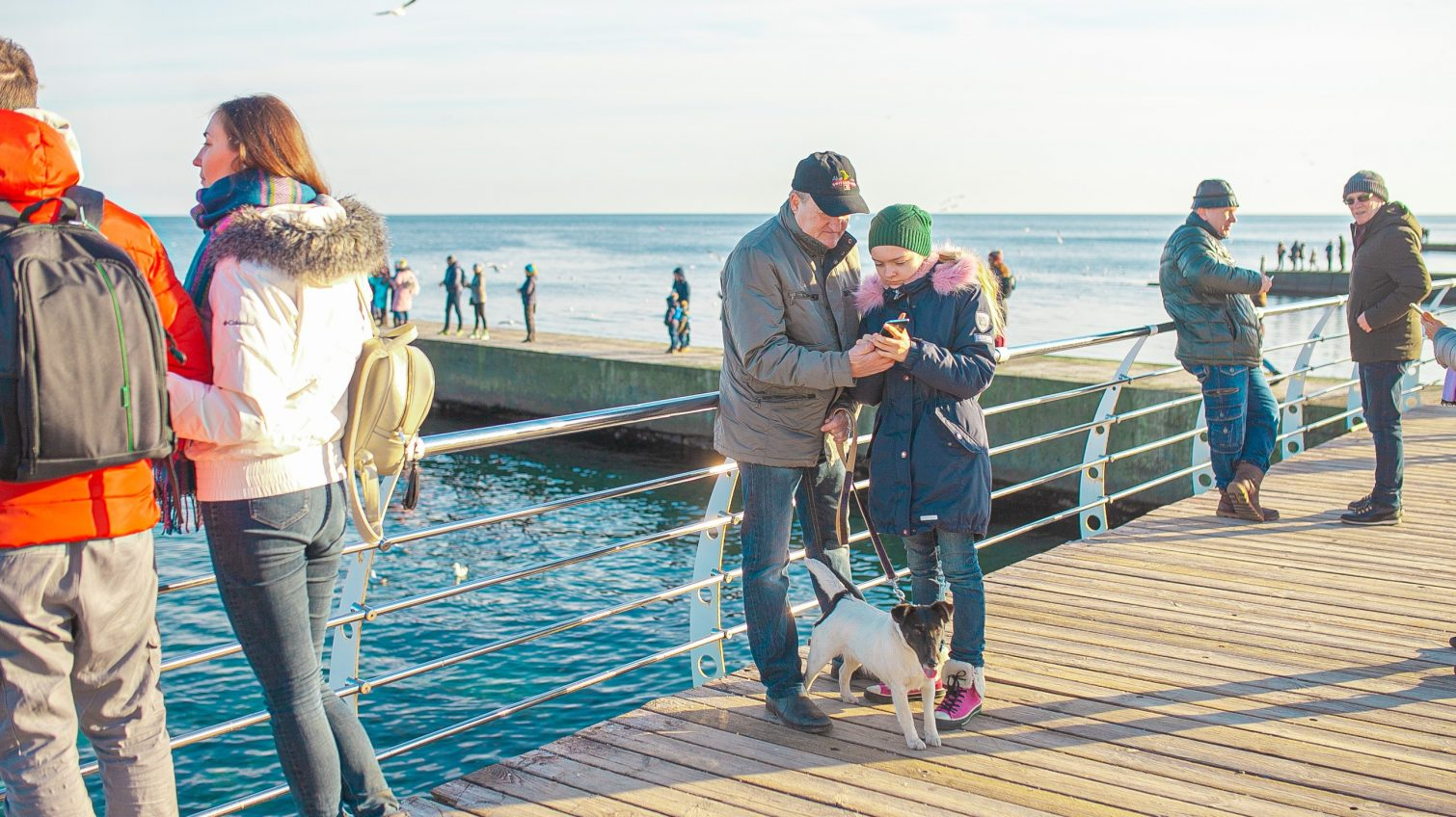 Одесское побережье заполонили отдыхающие: семейные прогулки у моря, очереди на фото, пикник на свежем воздухе (фоторепортаж) «фото»