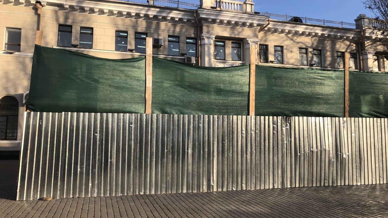 Самый наглый МАФ: в мэрии рассказали о стройке прямо на Привокзальной площади (фото, видео) «фото»