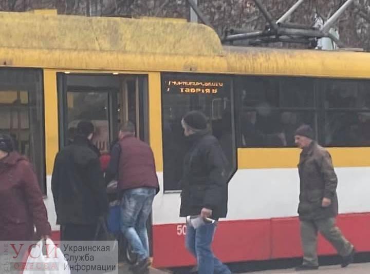 «Равенство в действии»: в Одессе водитель трамвая помогает колясочникам «фото»
