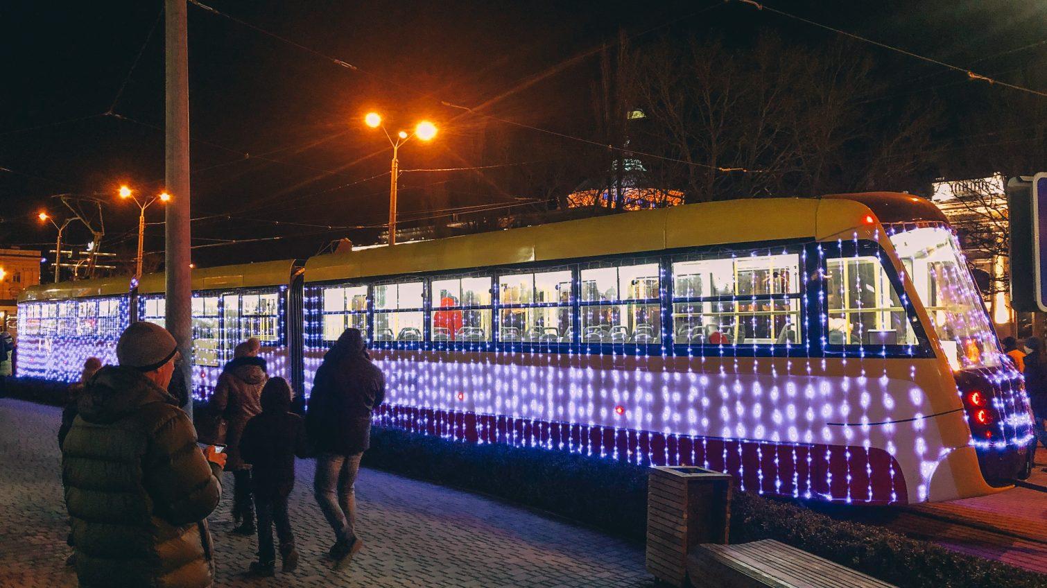 Рождественские трамваи с Дедами Морозами и Снегурочками вышли на улицы Одессы (фоторепортаж) «фото»