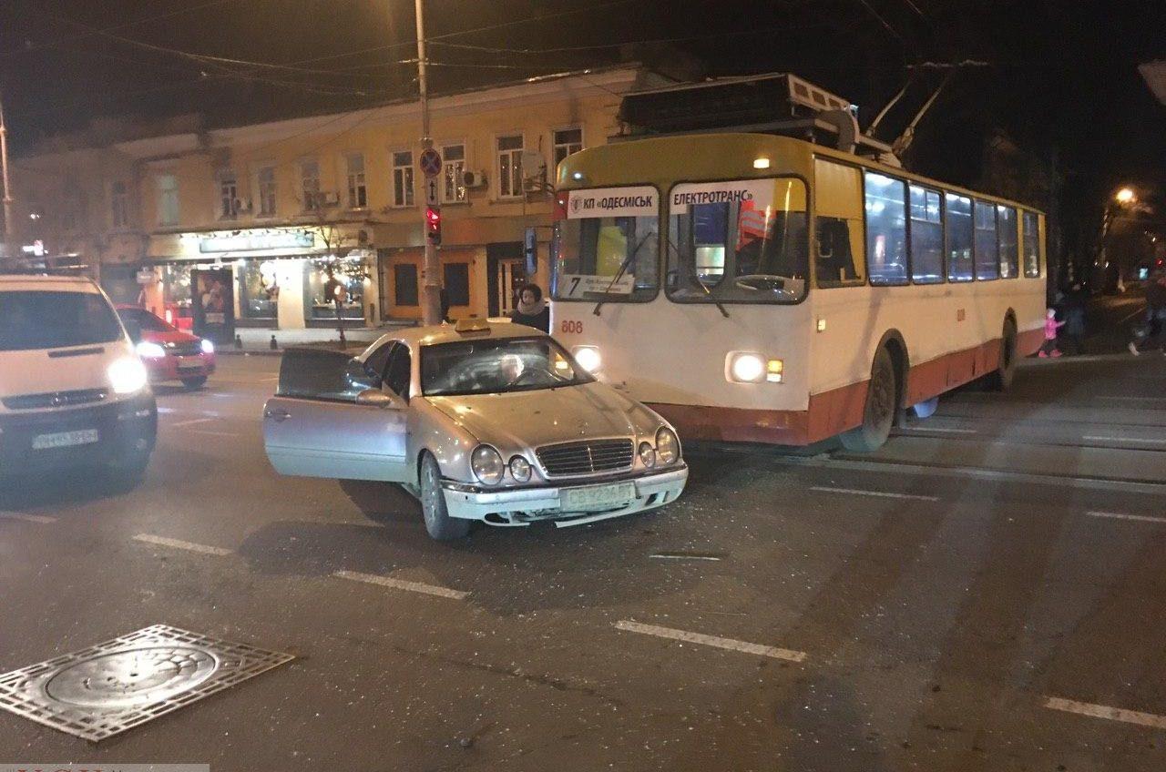 В центре Одессы такси попало в ДТП, столкнувшись с троллейбусом (фото) «фото»