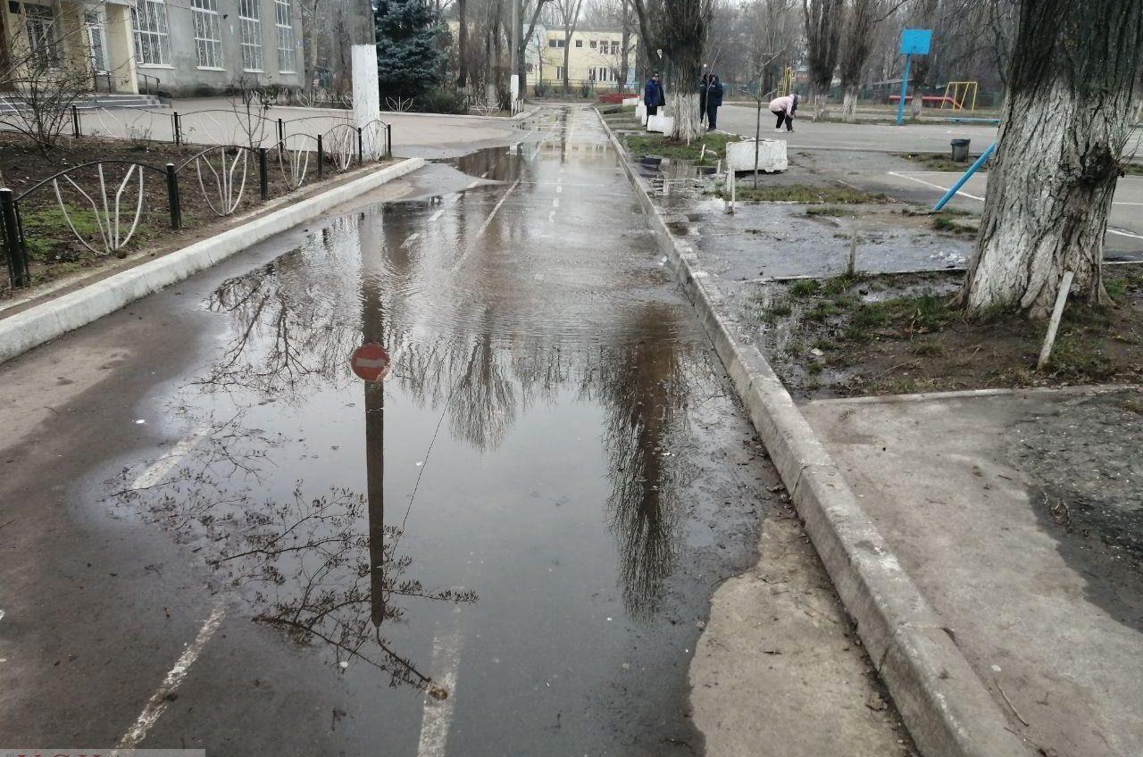 Потоп на Черемушках: возле 5 гимназии прорвало трубу (фото, видео) «фото»