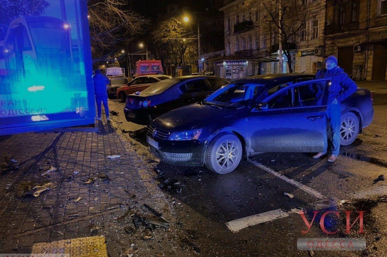 Ночное ДТП в центре Одессы: автомобиль влетел в аптеку после столкновения (фото, видео) ОБНОВЛЕНО «фото»