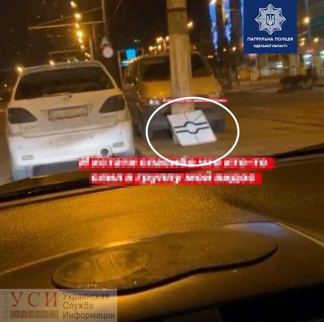 В Одессе девушка украла дорожный знак и похвасталась этим в соцсетях (фото) «фото»