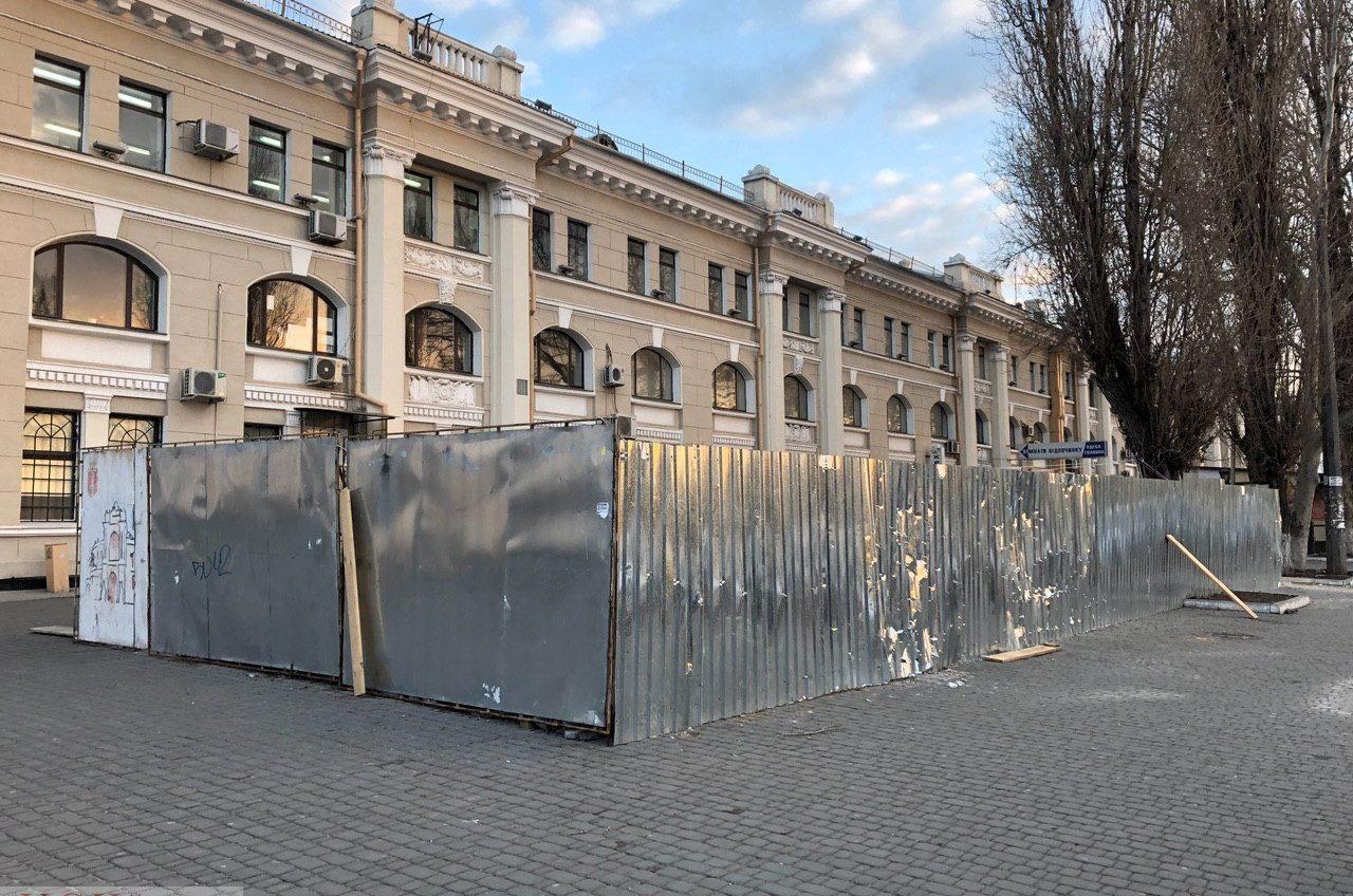Возле одесского ж/д вокзала снесли «самый наглый МАФ» (фото) «фото»