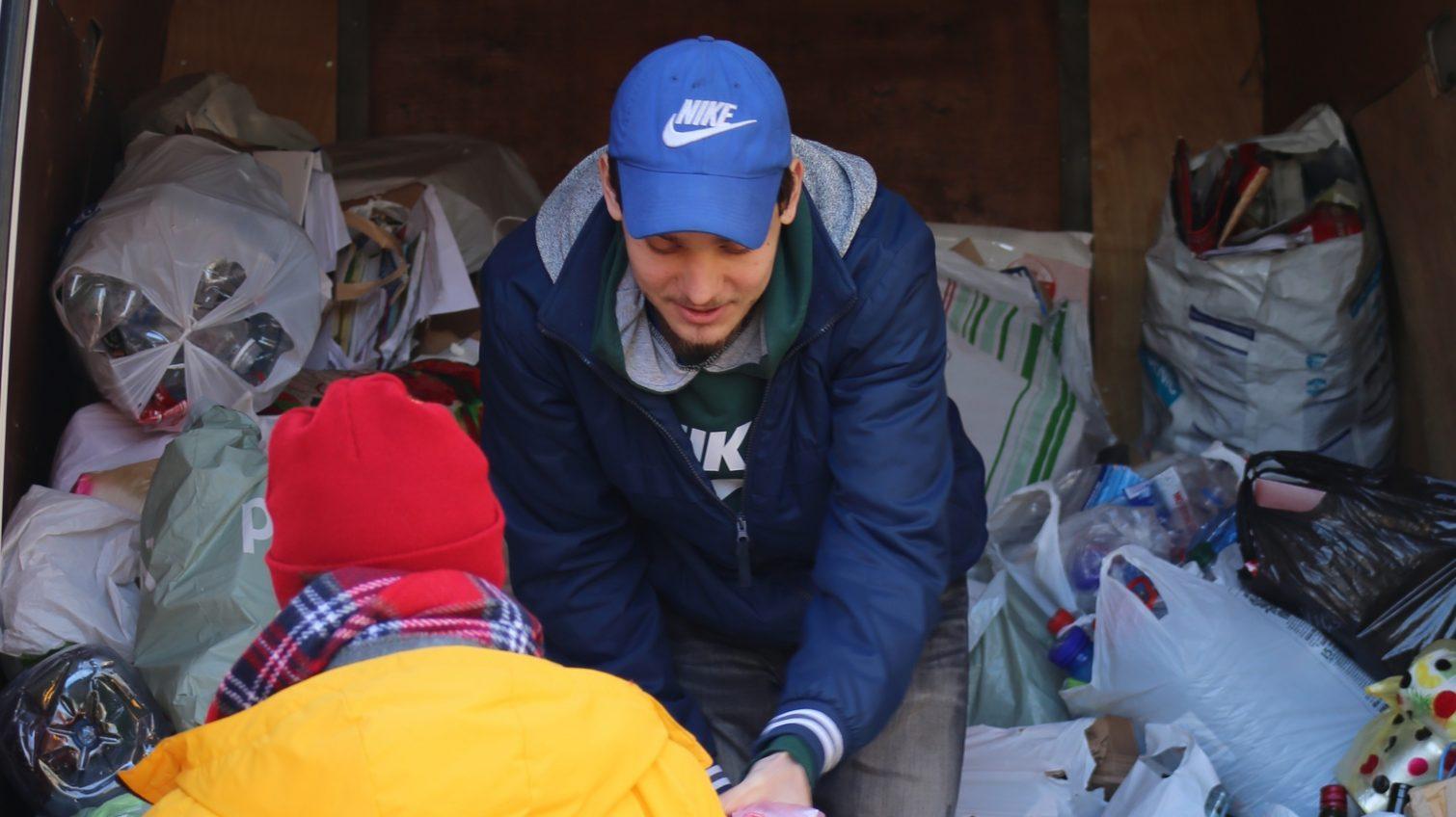 Экосознательные одесситы принесли мусор на переработку во время экомаршрута (фото) «фото»