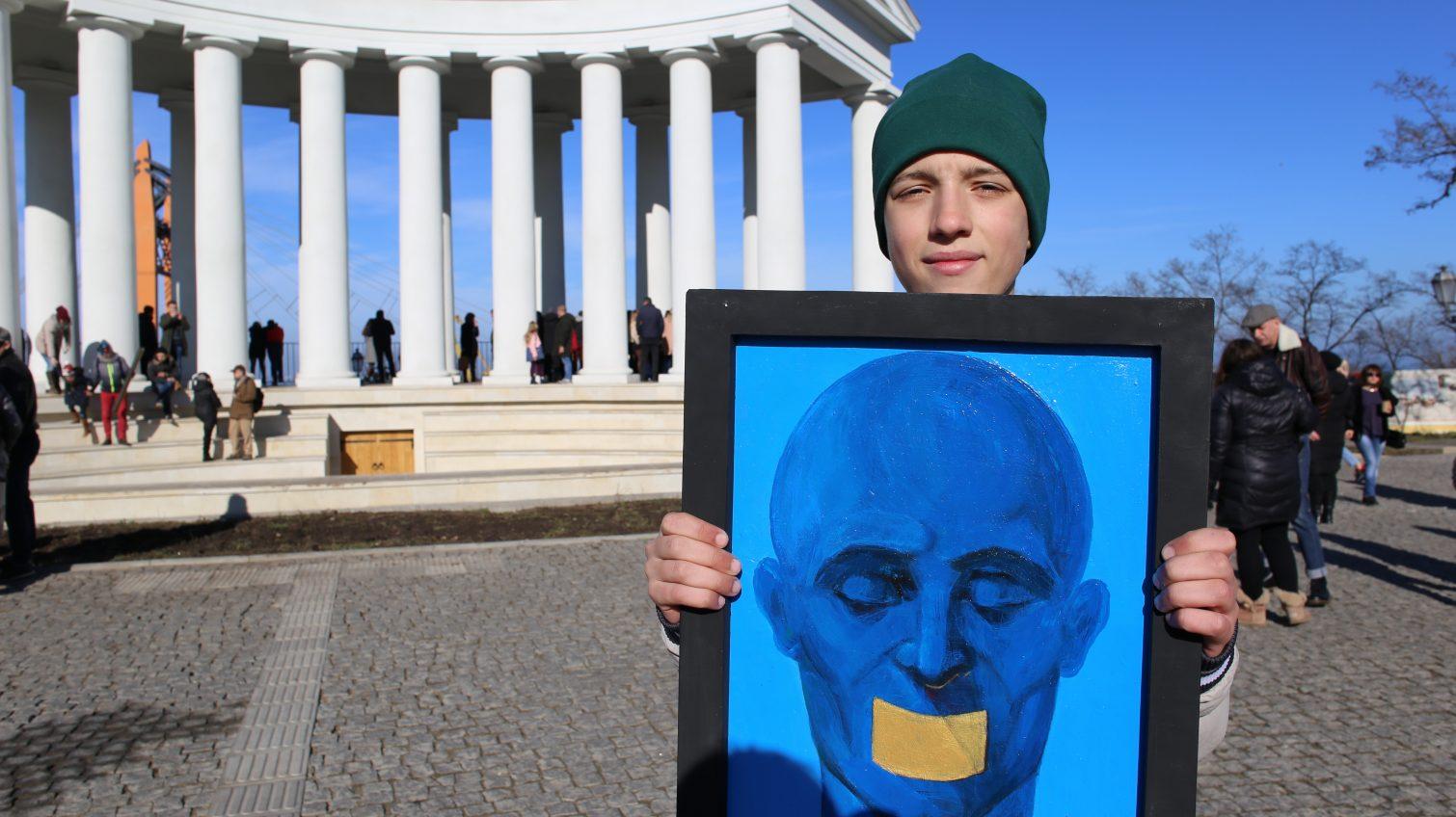 Одесские художники бесплатно раздавали свои картины: в очередь выстроились более 200 человек (фоторепортаж) «фото»