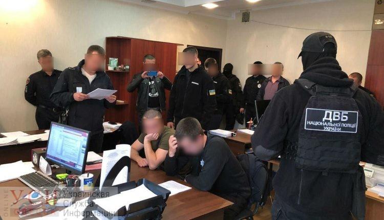 Одесских патрульных, которые выбивали признание в краже, отправили в СИЗО «фото»