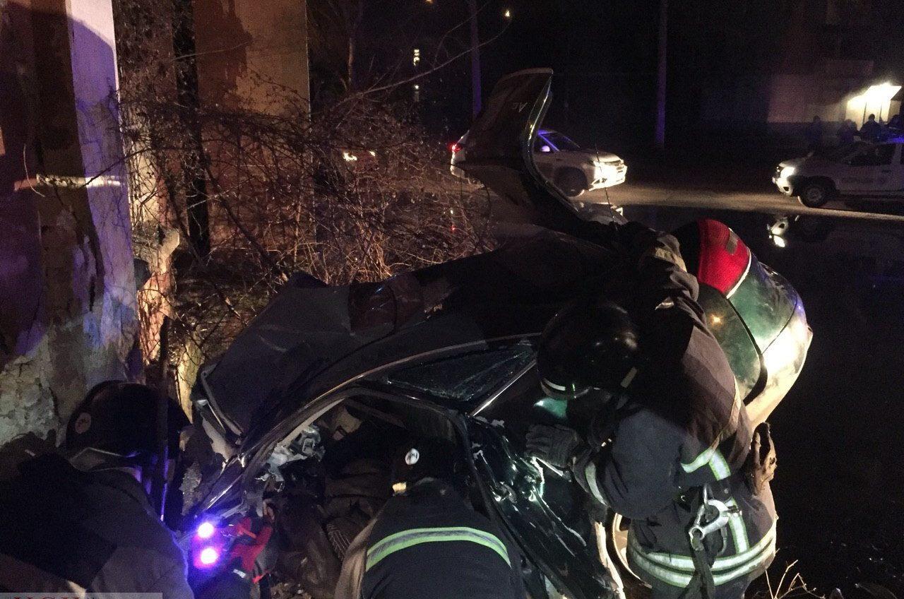 В Суворовском районе Audi разбилась о стену дома на большой скорости (фото) ОБНОВЛЕНО «фото»