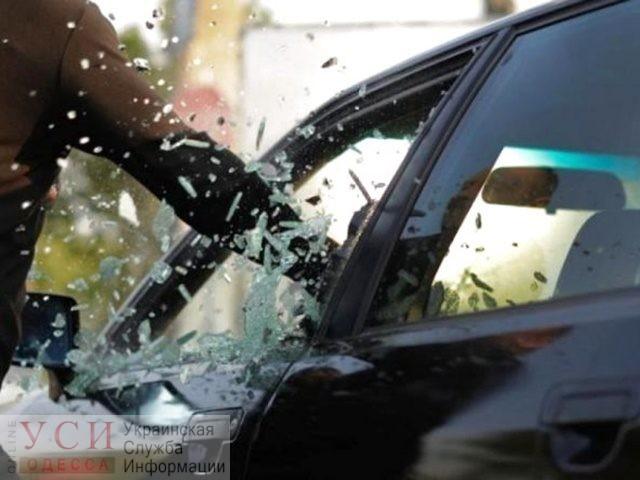 Разбили стекло и забрали 600 тысяч: двух иностранцев подозревают в нападении на предпринимателя из Одесской области «фото»