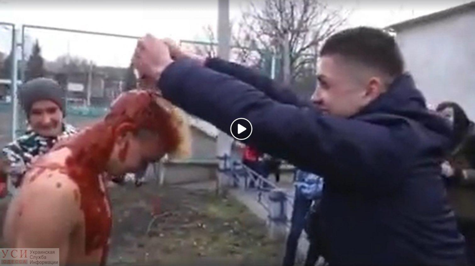 Развлекались, как могли: жители Одесской области облили голого земляка краской (видео) «фото»