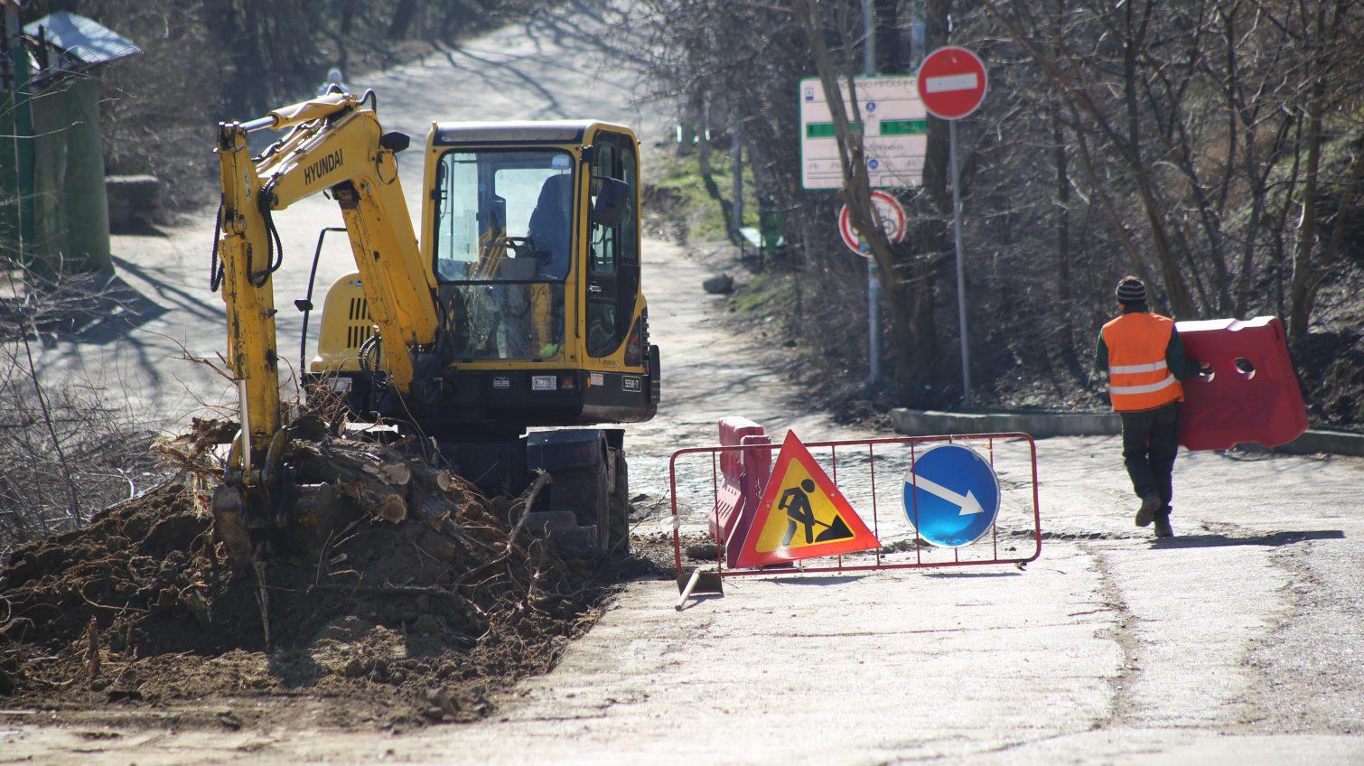 Вырубку деревьев на Трассе здоровья расценили как хулиганство, а на месте работает строительная техника (фото) «фото»