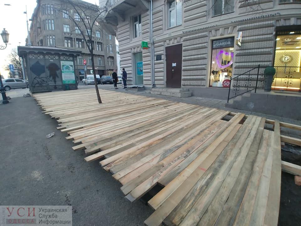 Весна близко: кафе начинают ставитьлетние площадки на клумбах (фото, документ) Обновлено «фото»