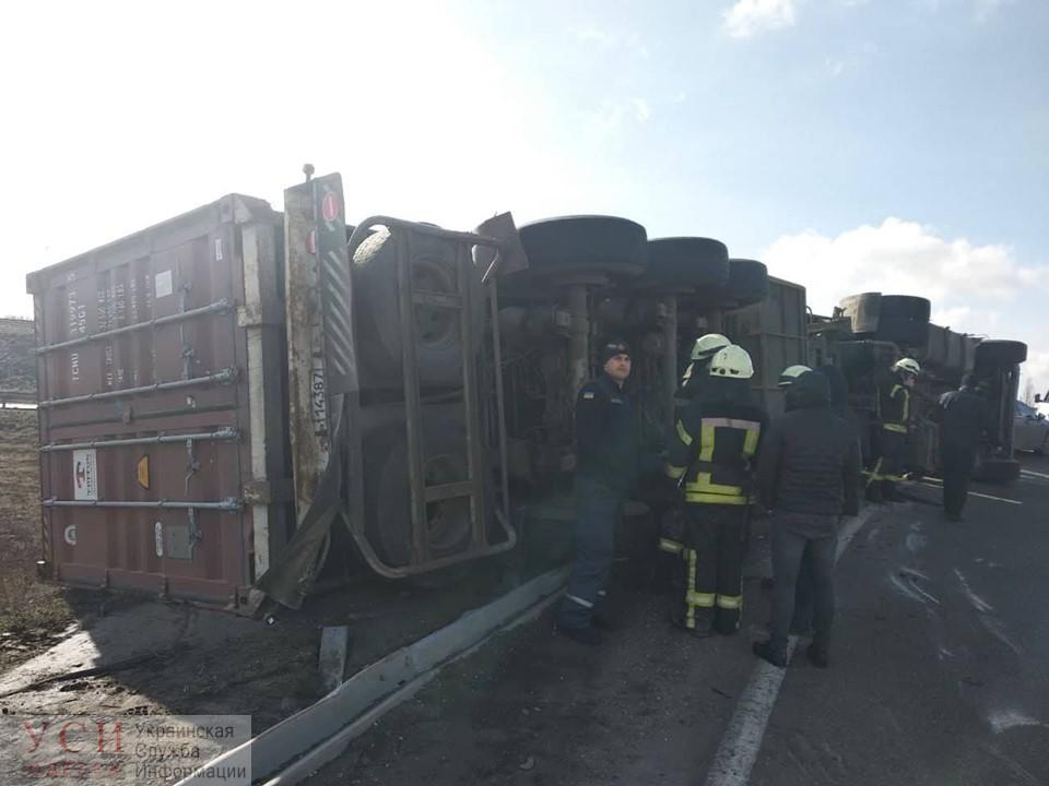 На Клеверном мосту перевернулся грузовик «фото»