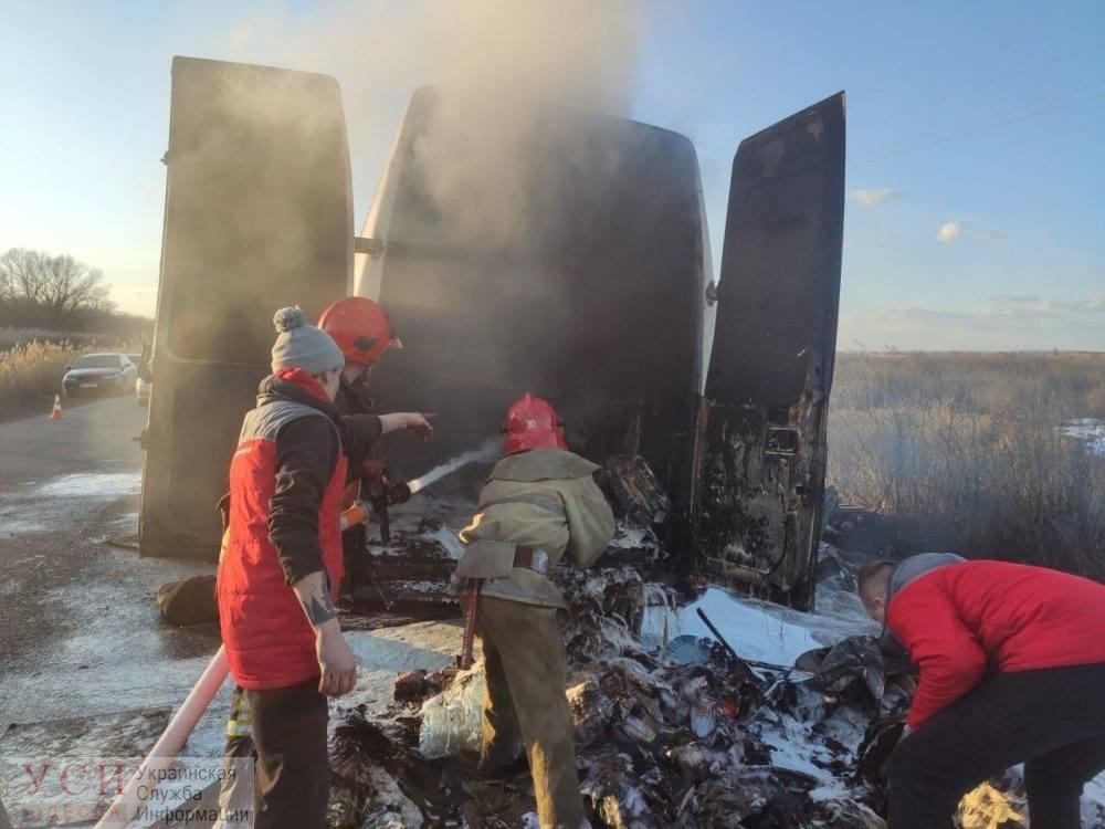 В Одесской области прямо на ходу загорелся микроавтобус (фото) «фото»