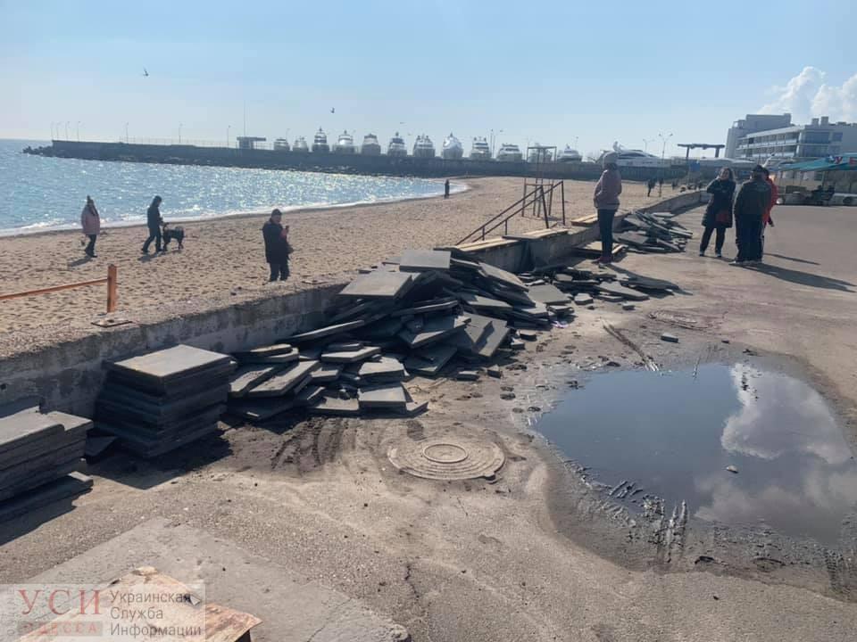 Одесские активисты убрали с пляжа Черноморки настил под летнее кафе (фото, видео) «фото»