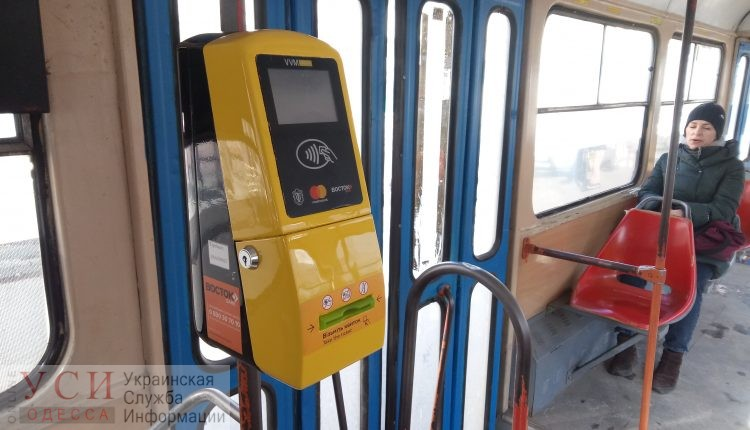 За один день в трамваях 21 маршрута бесконтактной системой оплаты воспользовались более 100 человек «фото»