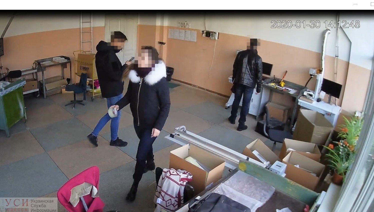 Не злоупотребление властью, а кража: одесские полисмены ответят только за воровство «фото»