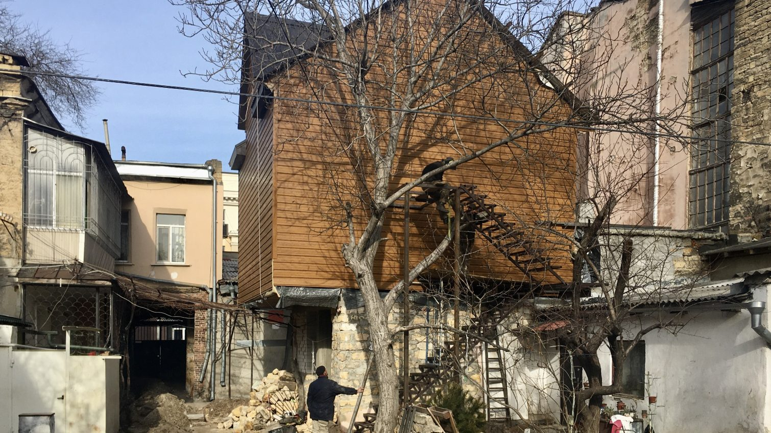 Дом на доме: одессит построил гигантский «скворечник» в центре города (фото) «фото»
