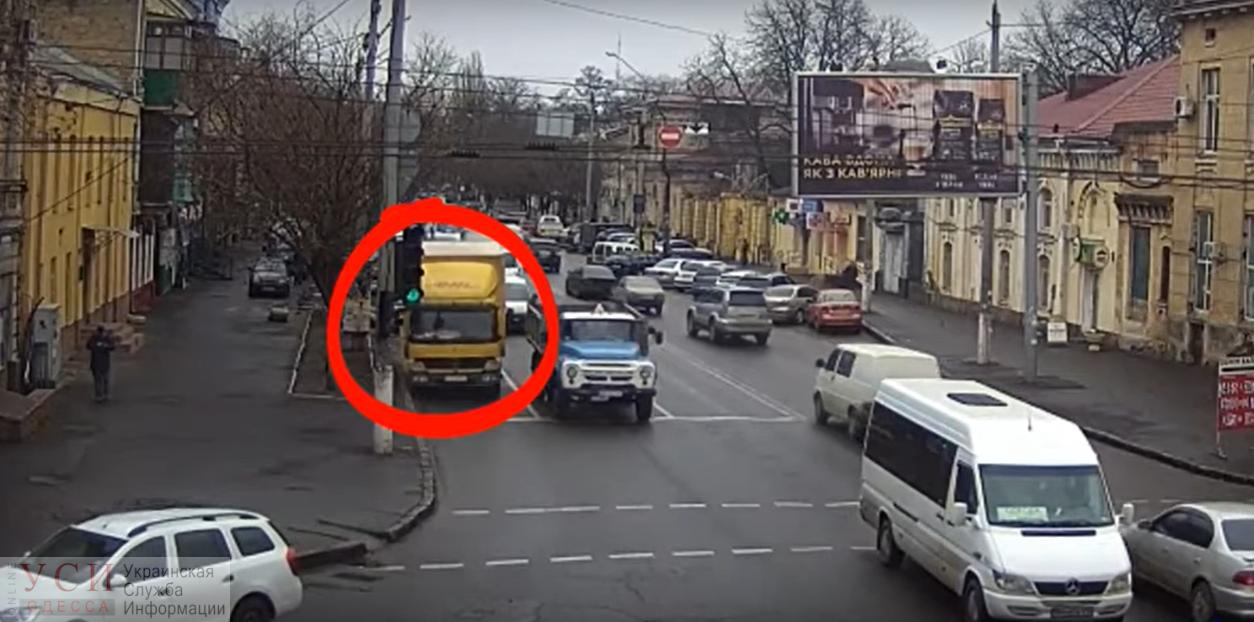 В Малиновском районе водитель грузовика снес светофор, не рассчитав габариты (видео) «фото»