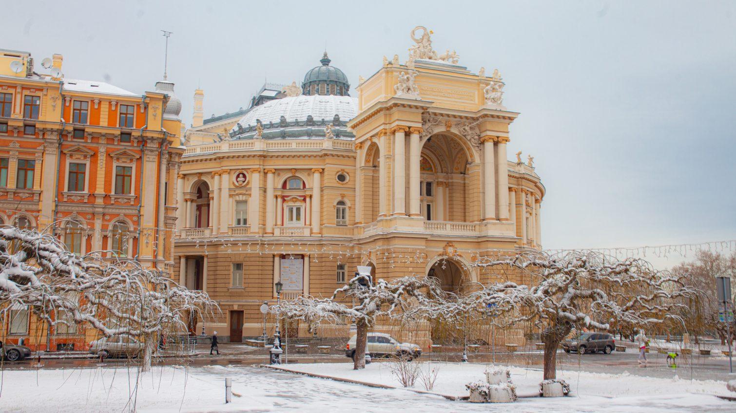Заснеженные улицы Одессы: как выглядит город после бури (фоторепортаж) «фото»