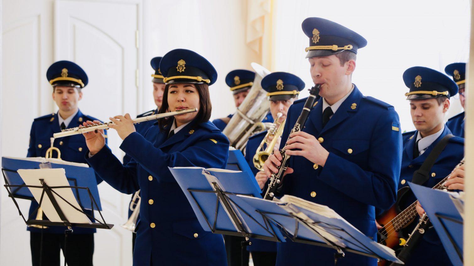 Под звуки военного оркестра: в одесских ЗАГСах свадебный бум (фото, видео) «фото»