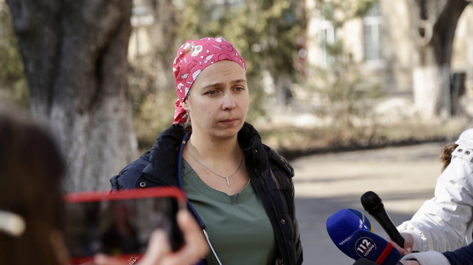 Женщину, в которую стреляли в парикмахерской, прооперировали, – она пришла в себя «фото»