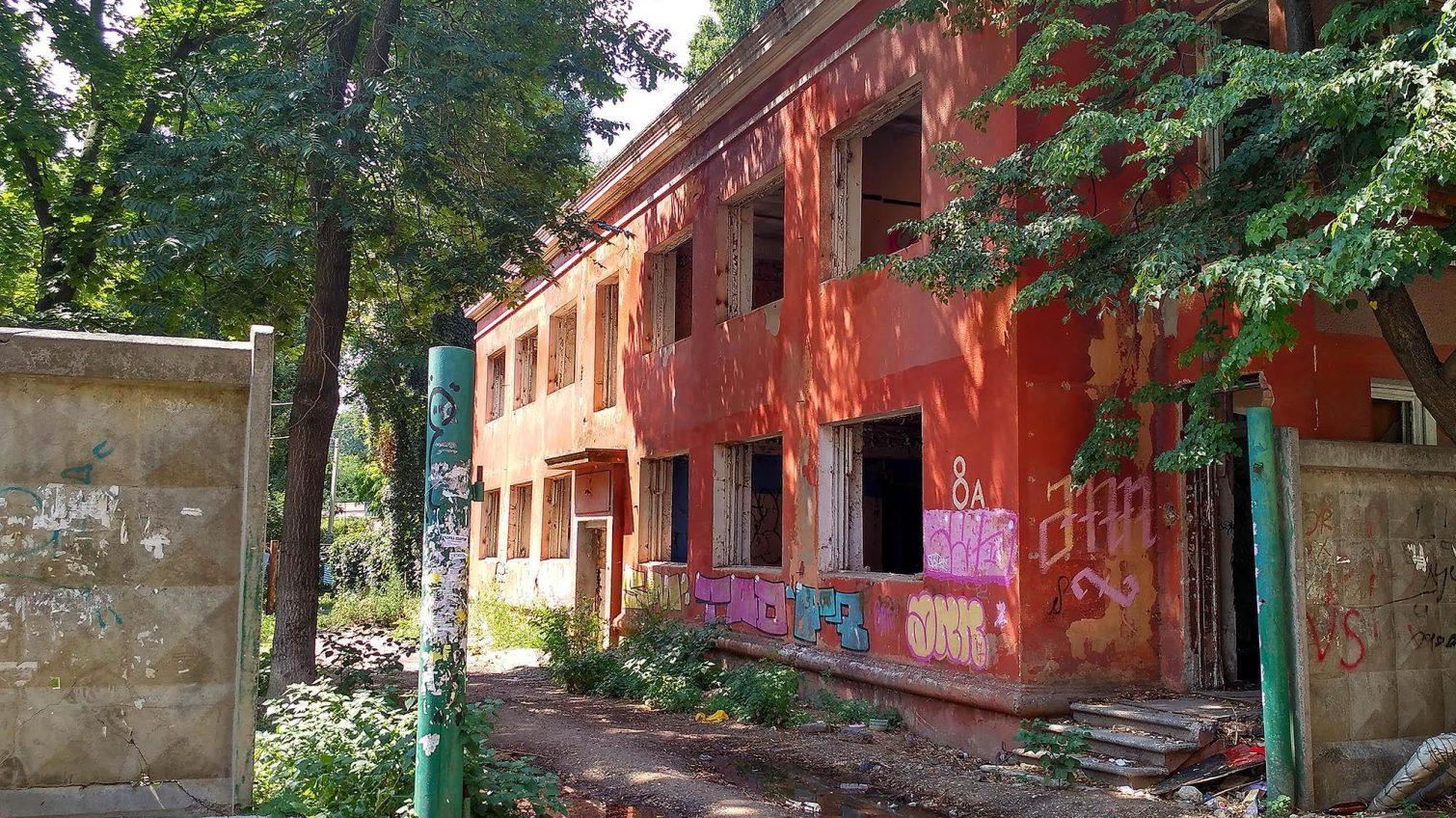 В Одессе до сих пор не решена судьба детского сада на Сегедской, который превратился в притон «фото»