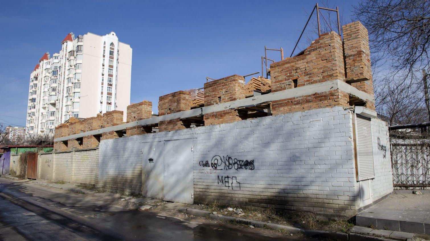 На Посмитного активно строят незаконное здание, несмотря на штрафы и возмущение местных жителей (фото) «фото»