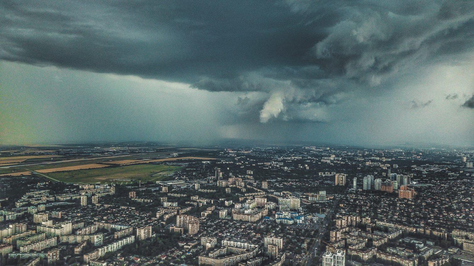 По всей Украине объявлен желтый уровень опасности: в Одессе и области порывы ветра достигнут 24 м/с «фото»