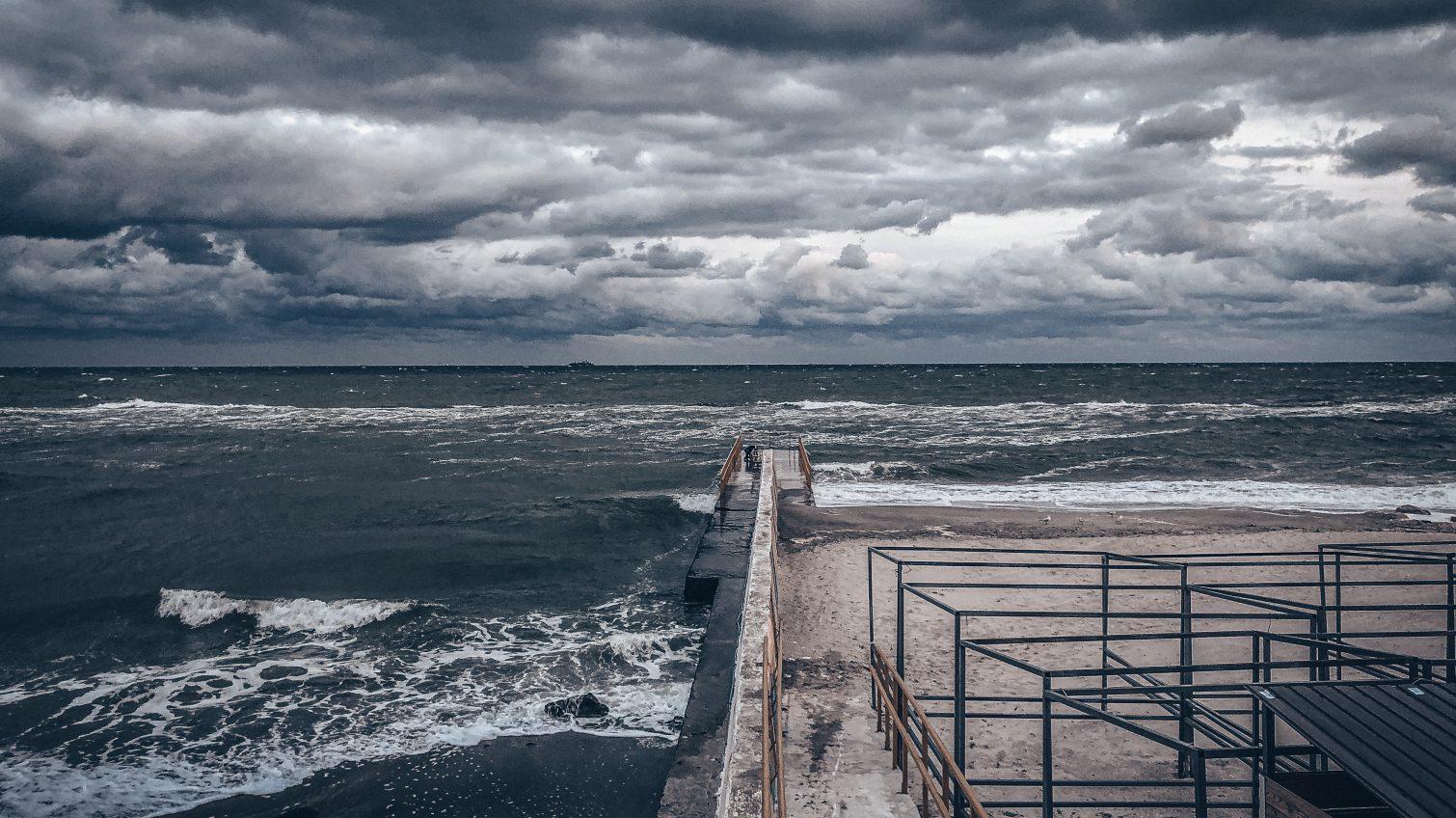 Одессе обещают теплый, но ветренный и дождливый день «фото»