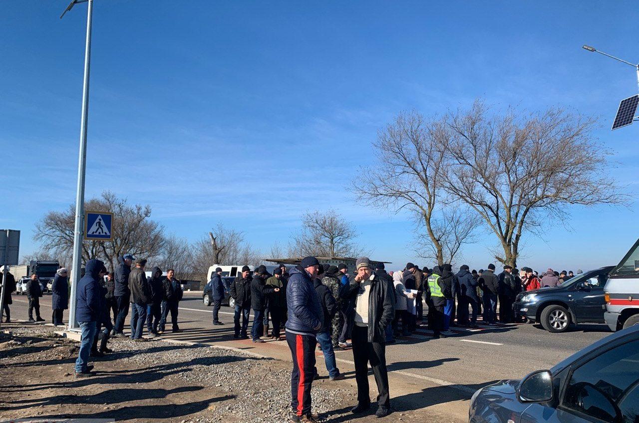 Жители Саратского и Арцизского районов перекрыли трассу Одесса-Рени: протестуют против плана объединения ОТГ «фото»