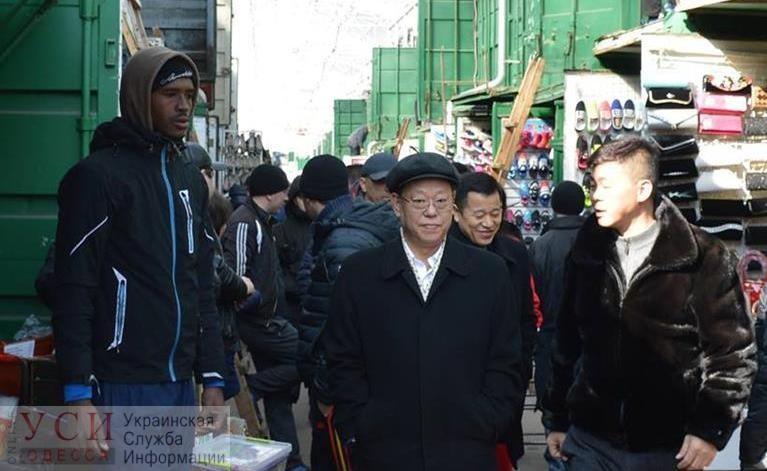 На 7 километре медики проверили китайского продавца на коронавирус: на него пожаловался сосед (видео) «фото»