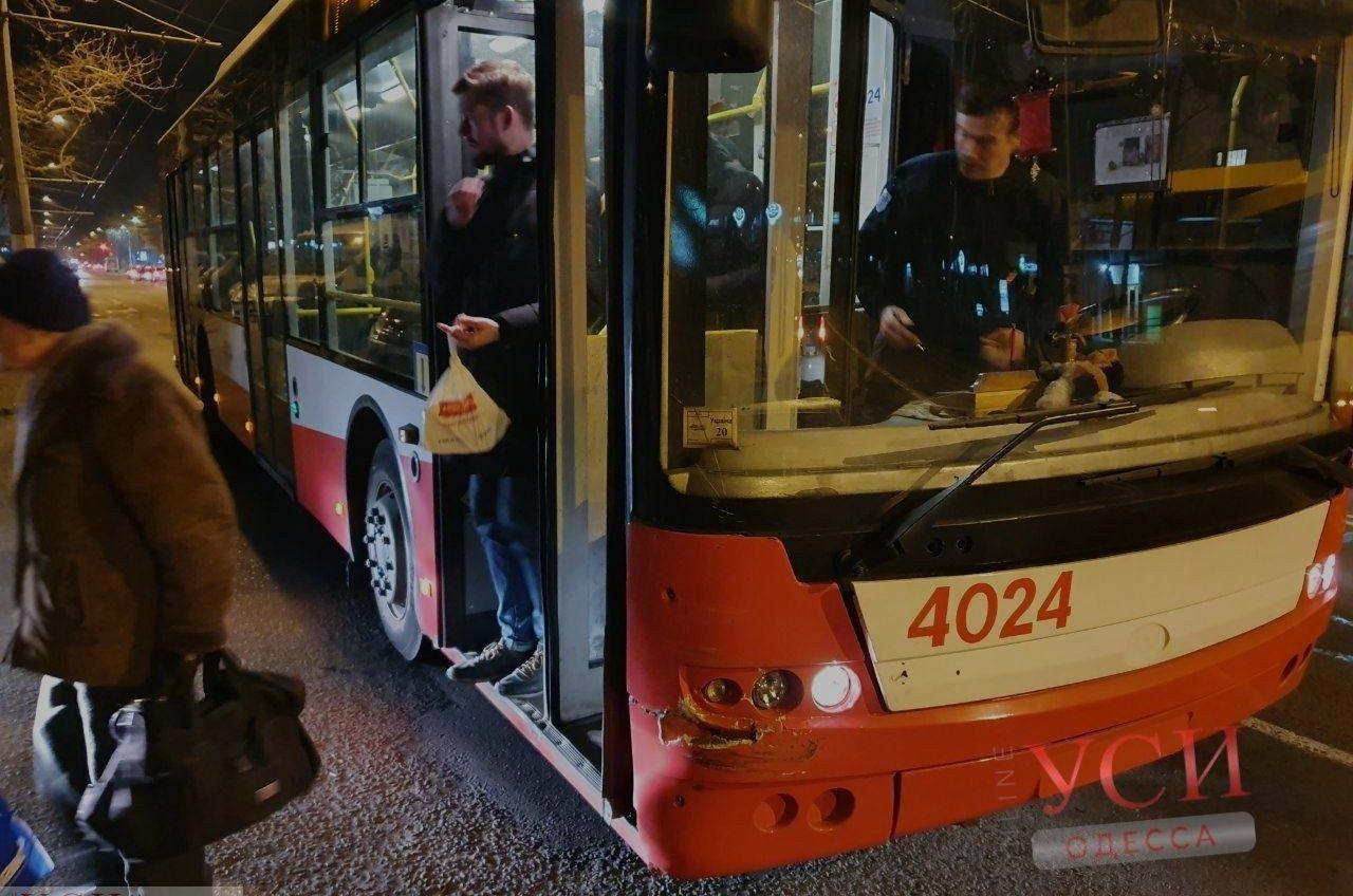 На Таирова кроссовер не разминулся с троллейбусом (фото) «фото»