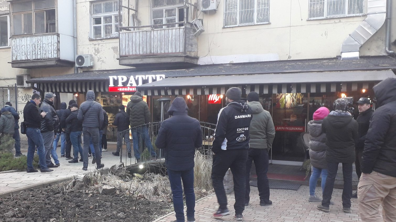 На проспекте Шевченко разгорелся скандал между предпринимателями и представителями мэрии по поводу пристройки (видео) «фото»
