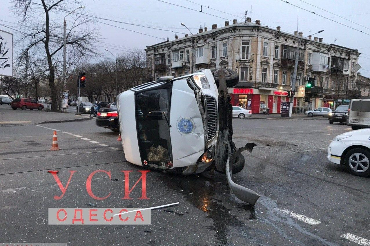 На Мясоедовской перевернулся микроавтобус с пассажирами: три человека в больнице (фото) ОБНОВЛЕНО «фото»