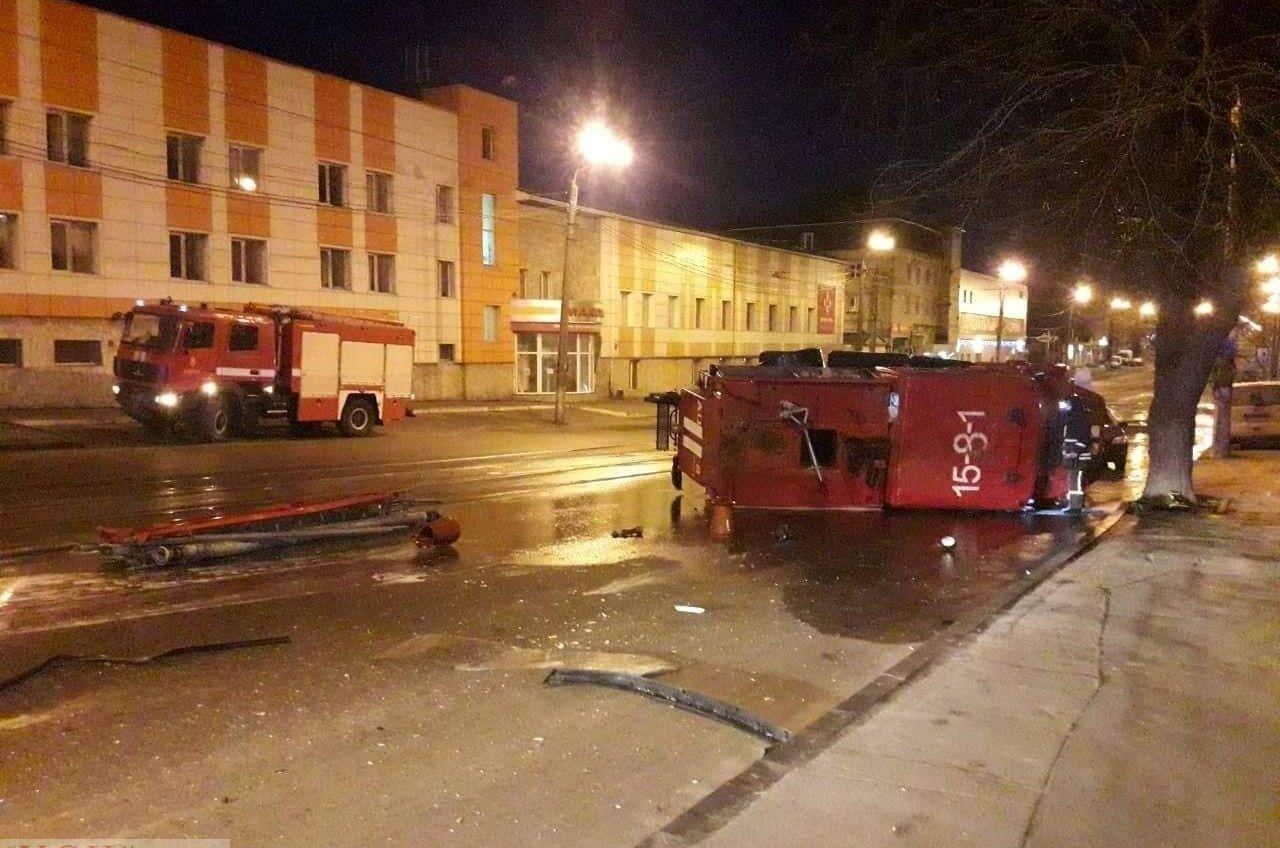 На Балковской перевернулась пожарная машина «фото»