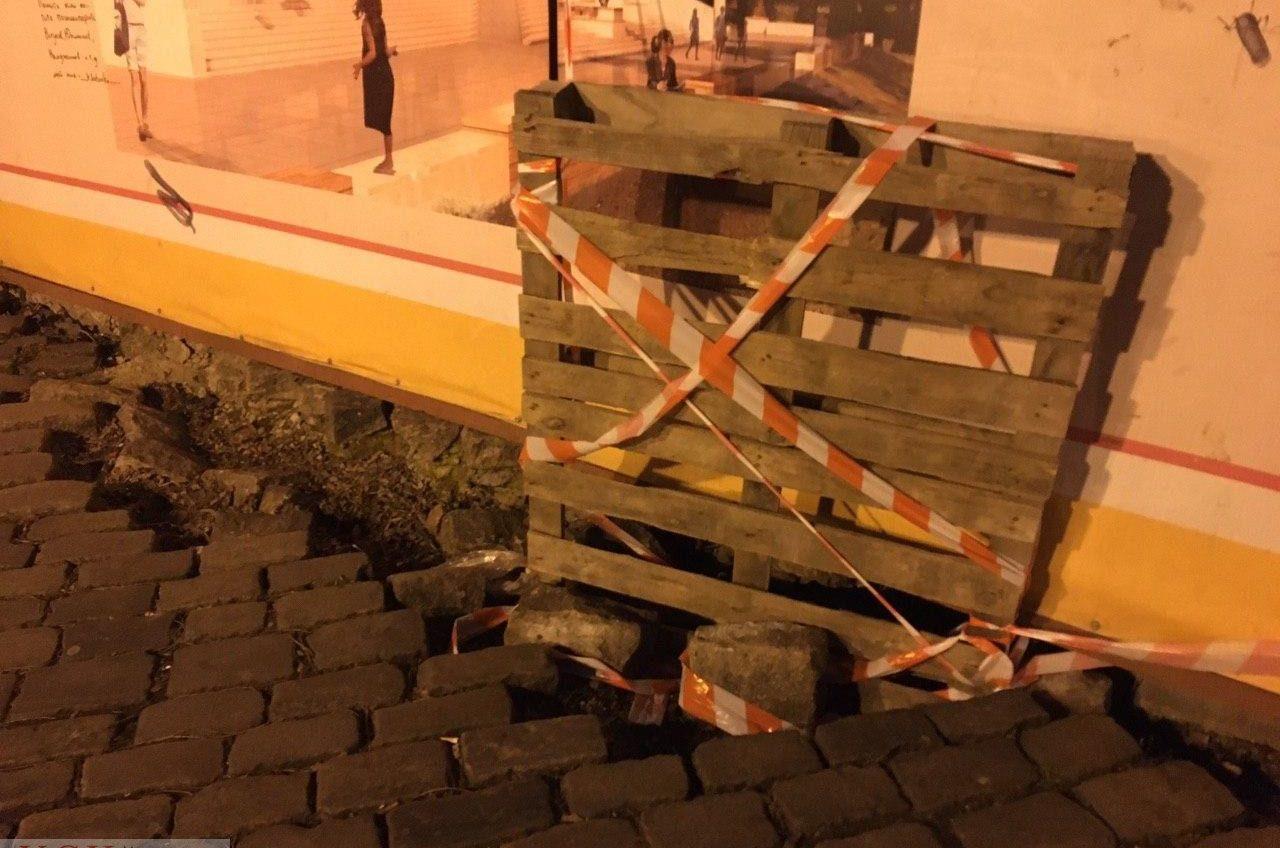 В Одессе на Приморском бульваре образовались провалы из-за проблем с дренажом (фото) «фото»