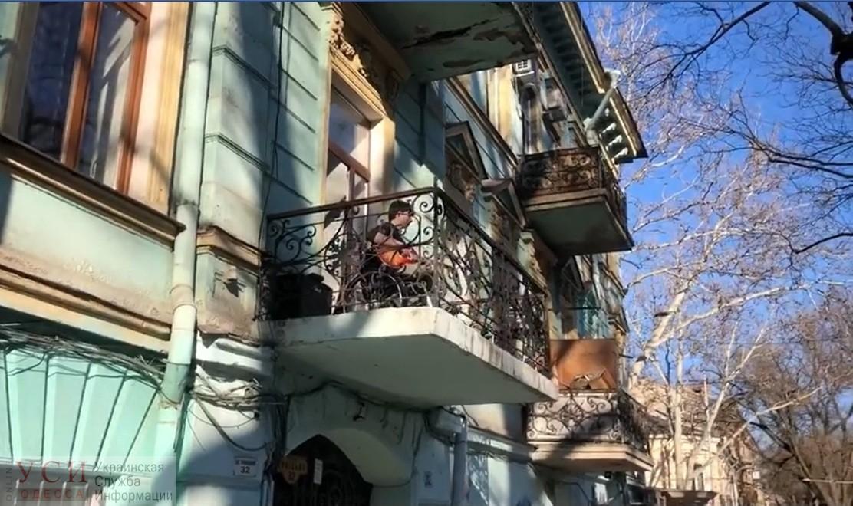 В Одессе парень в инвалидном кресле играет на балконе на электрогитаре (видео) «фото»