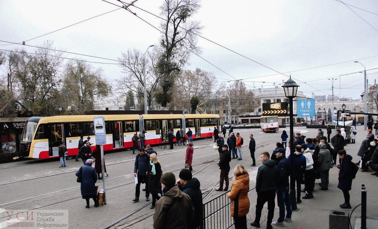 Транспортные баррикады: в Одессе люди блокируют  движение трамваев, а на одном из маршрутов угрожали водителю «фото»