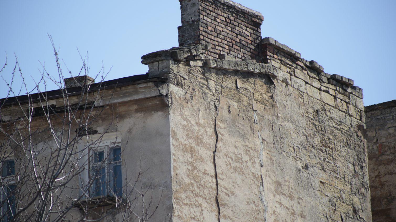 Дом в центре Одессы дал трещину: жильцы винят соседнюю стройку Смоляра (фото) «фото»