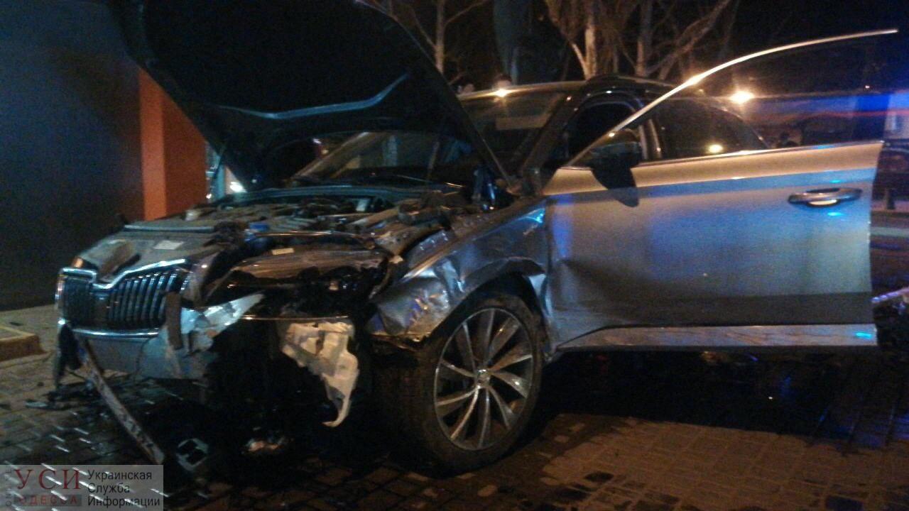На 6-й станции Фонтана произошло столкновение – две машины всмятку (фото, видео) «фото»