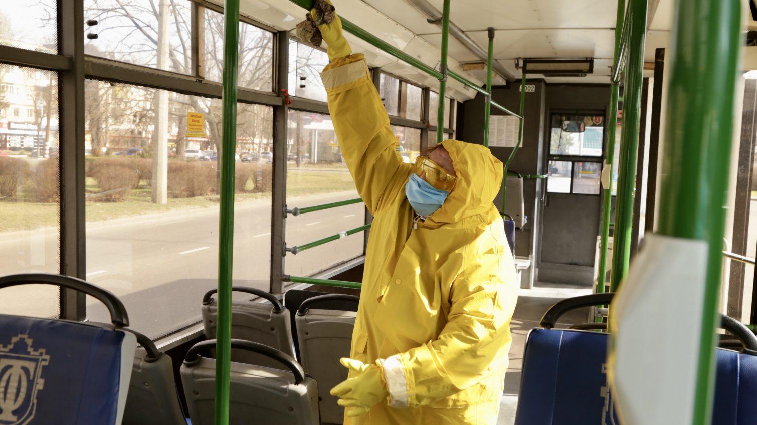 Из-за коронавируса в Одессе троллейбусы стали мыть чаще (фото) «фото»