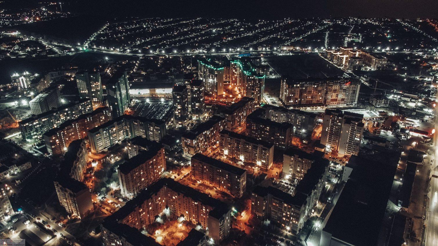 Пустые улицы, огни домов и перекрестков – полет над ночной Одессой (аэросъемка) «фото»