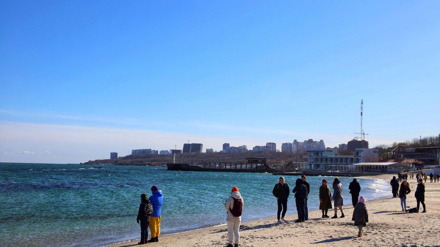 Несмотря на холодный ветер и просьбы оставаться дома, одесситы устремились на пляжи (фоторепортаж) «фото»