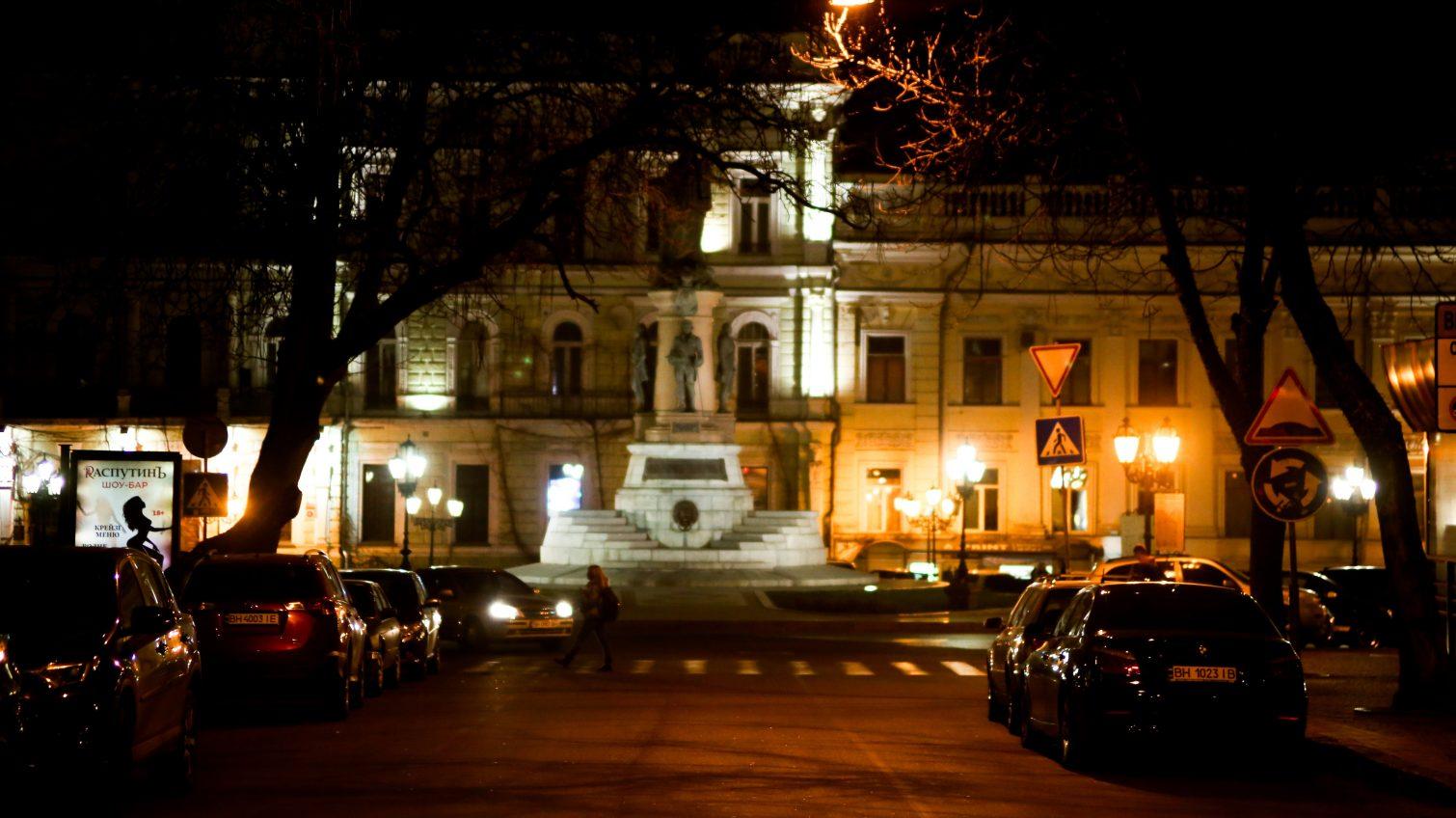 Вечер в центре Одессы: горожане пытаются жить «мирной» жизнью (фоторепортаж) «фото»