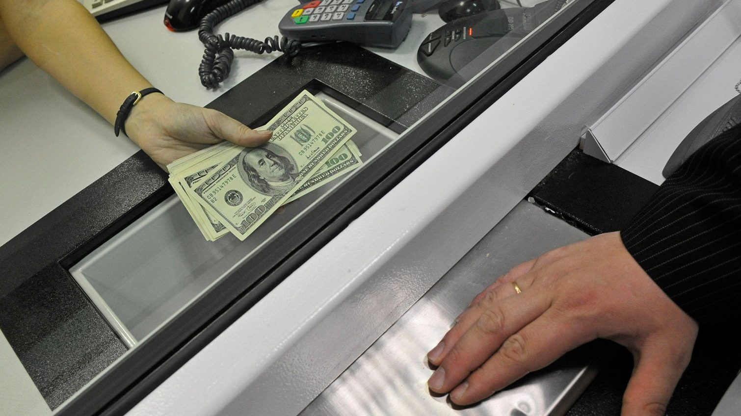 Только онлайн: два крупнейших банка прекратили обмен валют в кассах «фото»